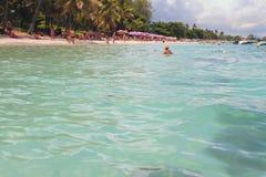 Bada zon på den tropiska stranden Trou hjälpBiches, Mauritius Royaltyfri Bild