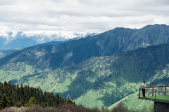 Badacz obserwuje znakomitą panoramę w górach zdjęcia royalty free