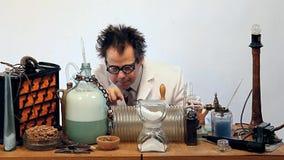 Badacz robi eksperymentom w laboratorium zdjęcie wideo