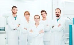 Badacz w laboratorium, lekarki z albą obrazy royalty free