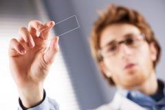 Badacza mienia mikroskopu obruszenie Zdjęcia Royalty Free