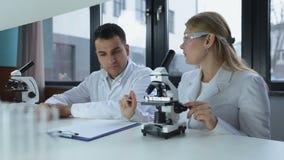 Badacze microscoping w biochemii lab zbiory