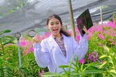Badacze w orchideach w bielu zachwycają z rezultat orchidei badaniem zdjęcia royalty free