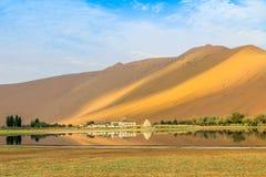 Badain Jaran Desert com um templo e um lago imagens de stock