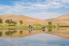 Badain Jaran pustynia z jeziorem i odbiciem zdjęcie stock