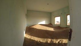 Badający zaniechaną wioskę która przekracza z piasek diunami w pustyni blisko Dubaj zbiory wideo