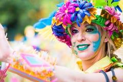 Badajoz, Hiszpania, Niedziela odchodowy 26 2017 uczestników w kolorowych kostiumach brali udział w karnawałowej paradzie w Badajo Obrazy Royalty Free