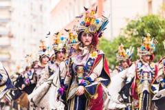 Badajoz, Hiszpania, Niedziela odchodowy 26 2017 uczestników w kolorowych kostiumach brali udział w karnawałowej paradzie w Badajo Obrazy Stock