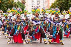 Badajoz, Hiszpania, Niedziela odchodowy 26 2017 uczestników w kolorowych kostiumach brali udział w karnawałowej paradzie w Badajo Zdjęcia Stock