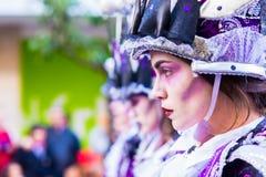 Badajoz, Hiszpania, Niedziela odchodowy 26 2017 uczestników w kolorowych kostiumach brali udział w karnawałowej paradzie w Badajo Fotografia Stock
