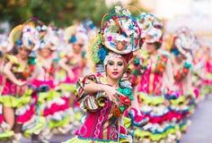 Badajoz, Hiszpania, Niedziela odchodowy 26 2017 uczestników w kolorowych kostiumach brali udział w karnawałowej paradzie w Badajo Obraz Stock