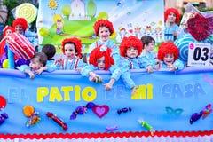 Badajoz, Hiszpania, Niedziela odchodowy 26 2017 uczestników w kolorowych kostiumach brali udział w karnawałowej paradzie w Badajo Zdjęcia Royalty Free