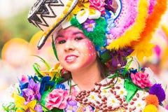 Badajoz Spanien, söndag februari 26 2017 deltagare i färgrika dräkter tar delen i karnevalet ståtar i Badajoz 2017 royaltyfri bild