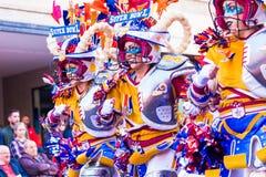 Badajoz, Spanien, Sonntag februar 26 2017 Teilnehmer an bunte Kostüme nehmen an der Karnevalsparade in Badajoz 2017 teil stockbilder