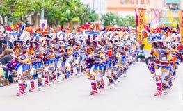 Badajoz, Spanien, Sonntag februar 26 2017 Teilnehmer an bunte Kostüme nehmen an der Karnevalsparade in Badajoz 2017 teil lizenzfreie stockfotografie