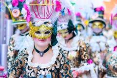 Badajoz, Spanien, Sonntag februar 26 2017 Teilnehmer an bunte Kostüme nehmen an der Karnevalsparade in Badajoz 2017 teil lizenzfreies stockbild