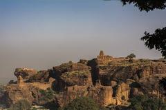 Badami - vista di piccolo tempio della collina fotografie stock