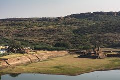 Badamitempel met gedeeltelijk opgedroogd meer - bergachtergrond stock afbeelding