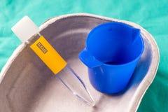 Badania medyczne tubka dla uryny probierczego lying on the beach w jeden use kapsule Obrazy Royalty Free