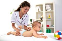 Badanie medyczne podczas gdy dziecko kłama na żołądku obraz royalty free