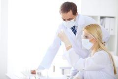 Badanie naukowe drużyna z jasnym rozwiązaniem w laboratorium zdjęcie stock