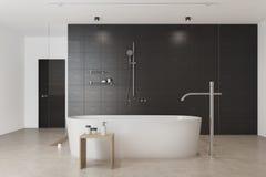 Badar beklär inre vit för det svarta badrummet, Arkivbild