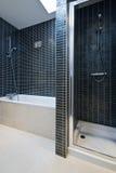 badar den moderna duschen för badbadrumdetaljen Royaltyfri Bild