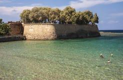 Badare i klart vatten på Chania, Kreta Arkivbilder