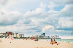 Badare på molnig dag i Miami Beach med dagsljus Royaltyfri Bild