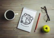 Badawczy doodle na notepad obok kawowego i czerwonego ołówka Obrazy Stock