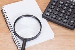 Badawczy pojęcie z kalkulatorem i magnifier zdjęcia royalty free