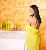 badbubblan tar kvinnan Royaltyfria Bilder