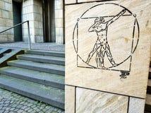 Badda Vitruvian mangrafitti på en av väggarna i Frankfurt - f.m. - strömförsörjning arkivfoto