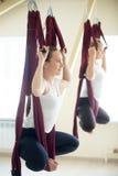 Baddha-konasana Yogahaltung in der Hängematte Lizenzfreies Stockbild