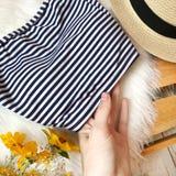 Badeanzug in den Streifen auf dem Hintergrund des Pelzes lizenzfreie stockfotos