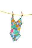 Badeanzug der kleinen Mädchen auf Kleidungzeile stockbilder