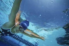 Badeanzug Schwimmer-Wearing US im Pool Stockfotos