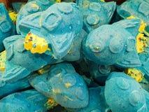 Badebomben auf Anzeige in einem Gesch?ft - viele sch?ne und helle Farben bereit, in ein Bad gefallen zu werden lizenzfreies stockfoto