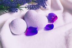 Badebomben auf weißem Badtuch mit Lavendel flowes lizenzfreie stockfotografie
