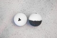 Badebomben mit Kaffeebohnen auf einem weißen Hintergrund lizenzfreie stockfotografie