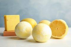 Badebomben und Zitrone stockfotos
