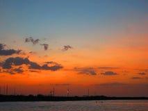 Badegäste auf dem Strand bei Sonnenuntergang Lizenzfreies Stockfoto