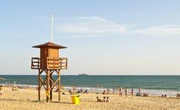 Badegäste auf dem Strand im Dienstturnus, Spanien Stockfotografie