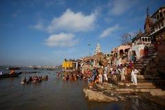Badegäste bei Varanasis Ghats während der Solareklipse Lizenzfreie Stockfotos