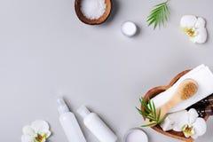 Badekurort, Aromatherapie, Schönheitsbehandlung und Wellnesshintergrund mit Massagebürste, Orchideenblumen und kosmetische Produk lizenzfreies stockfoto