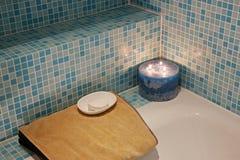 Badekurort-Bad mit Kerze und Tuch stockfotos