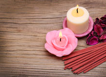 Badekurort. Brennende Kerzen mit getrockneten Rosenblättern und -Räucherstäbchen Stockbild