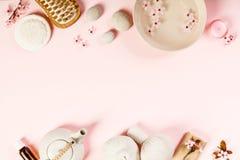 BADEKURORT-Einstellungen auf rosa Hintergrund stockbild