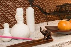 Badekurort-Einzelteil- und Kerzeneinstellung auf Schreibtisch lizenzfreies stockbild
