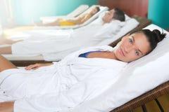 Badekurort entspannen sich schönes Mädchen der Raumhängematten-Reihe Stockbild